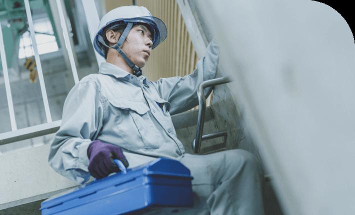 長野県の水と空気を守る中信アスナの新人社員がはしごを上り、点検をしている様子