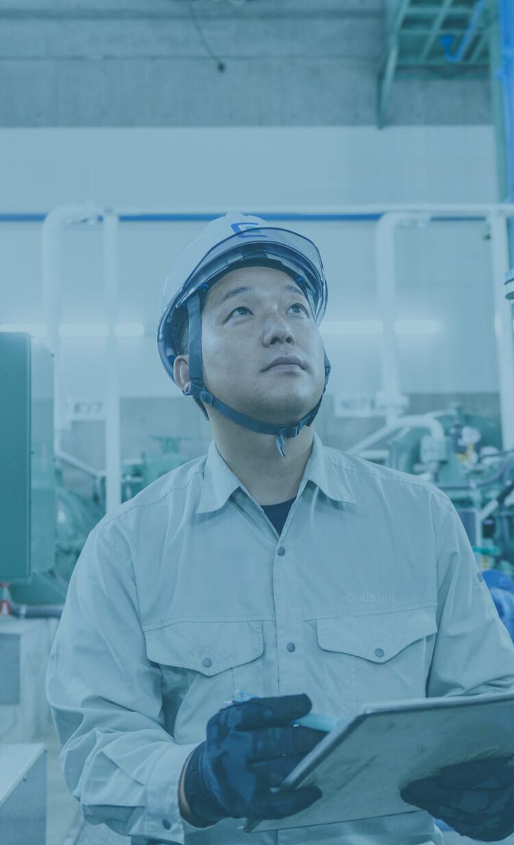 水処理施設で点検をしている中信アスナの中堅男性社員