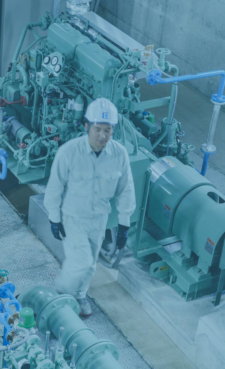 長野県の水処理施設内を歩いて点検している中信アスナ社員