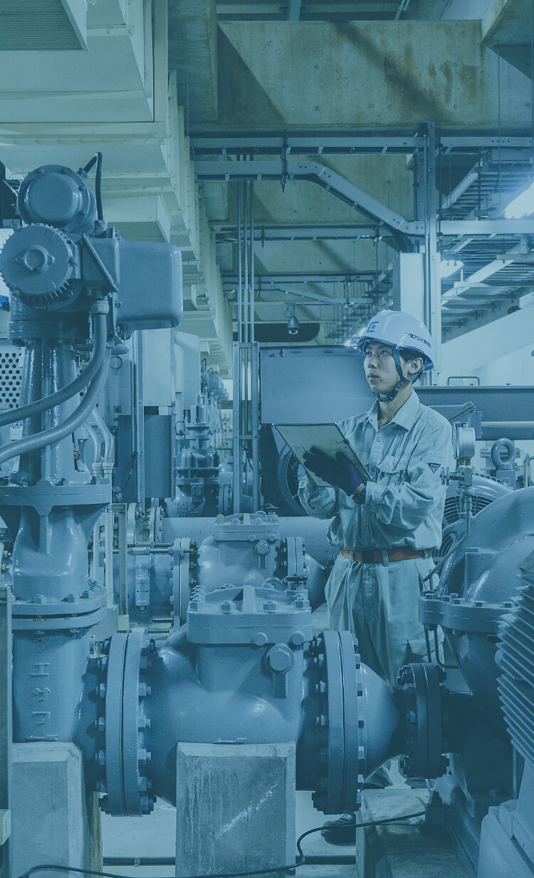 長野県の水処理施設で点検している中信アスナの新人社員