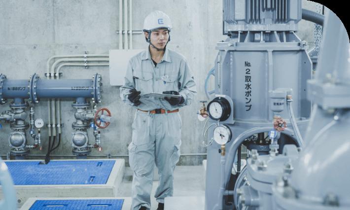 長野県の水処理・空調システムの設計施工からメンテナンスを担う中信アスナの社員が、水処理施設で点検をしている様子