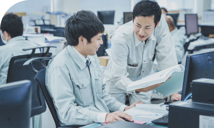 長野県の水処理・空調システムの設計施工からメンテナンスを担う中信アスナの社員ふたりが、設計書をみながら相談している様子